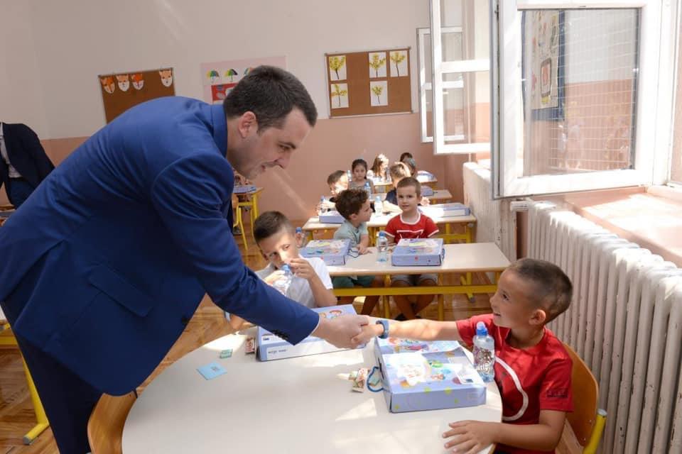 Prvacima 35 eura za kupovinu školskog pribora; Podnošenje prijava do 25.septembra