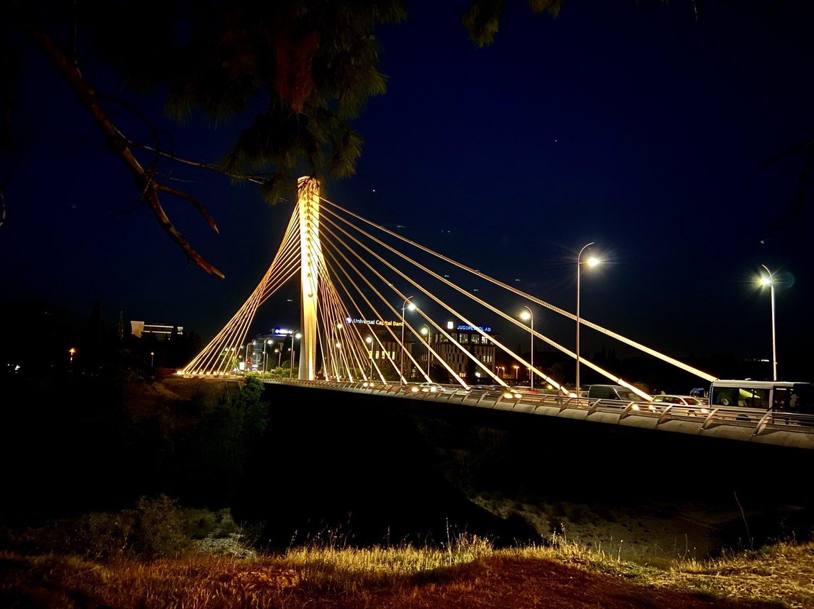 U znak podrške djeci oboljeloj od karcinoma most Milenijum u zlatnim bojama