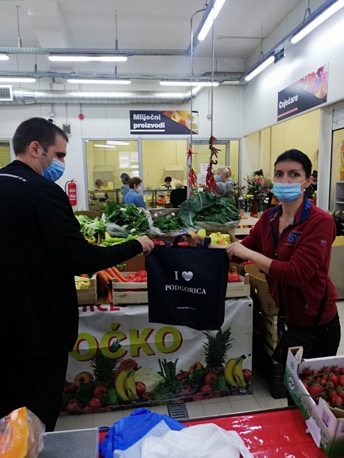 """Akcija """"Kesa je više previše"""" na pijaci na Pobrežju i u tržnim centrima """"Bazar"""" i """"Forum"""""""