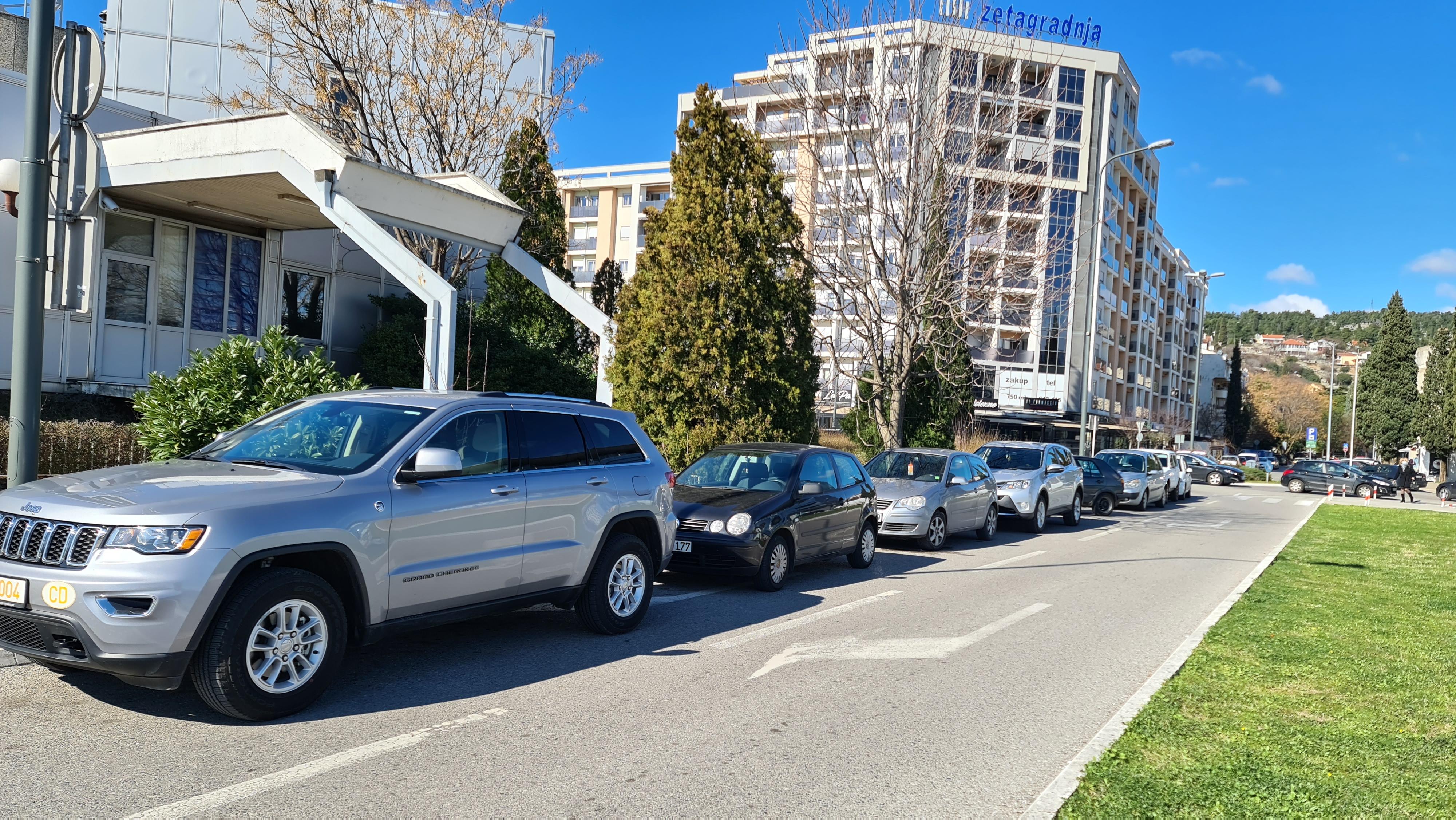 Apel građanima da poštuju propise; I pored parkinga nesavjesni vozači koriste trotoare i kolovozne trake